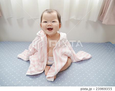 f69ad11a7acbc5 バスローブを着て座っている赤ちゃん. ミツバチの服を着た赤ちゃん