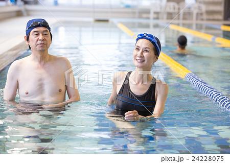 074d285c7e4 女性 プール フィットネス 水中ウォーキングの写真素材 - PIXTA