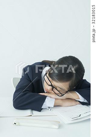 突っ伏す伏せる 寝るの写真素材 Pixta