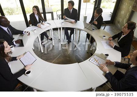 円卓会議 複数 男性の写真素材 -...